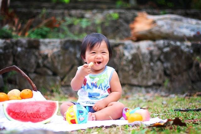 Wszyscy wiemy, że dziecko nie powinno jeść zbyt wielu słodyczy, bo grozi to próchnicą i otyłością, ale mało kto wie, że za rozwój otyłości malucha może