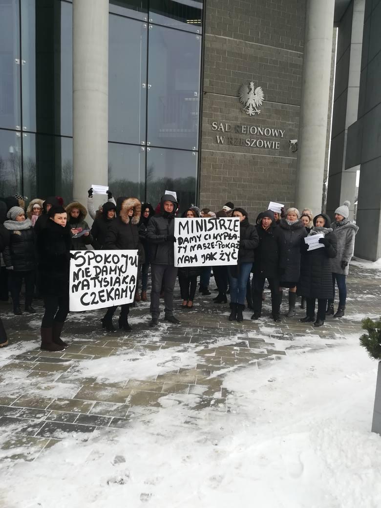 Pracownicy sekretariatów wraz sędziami Sądu Rejonowego w Rzeszowie w ramach dalszej części protestu wyszli na przerwę śniadaniową przed budynek sądu
