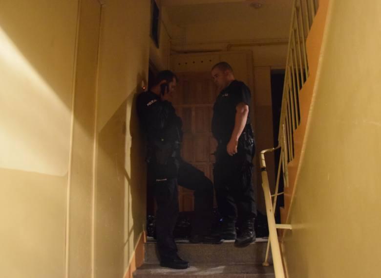 Na miejsce przyjechały 4 zastępy straży pożarnej. Okno sypialni było okratowane, dlatego ratownicy wybili szybę w oknie sąsiedniego pomieszczenia. Po