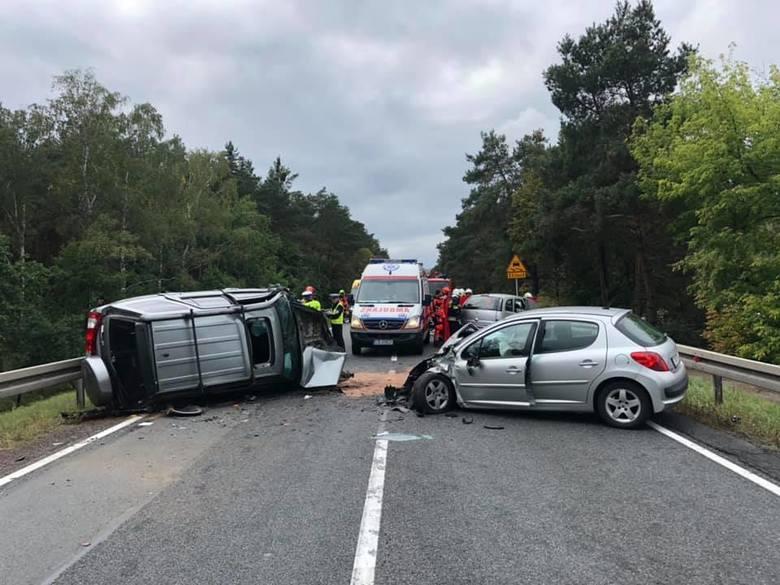 W niedzielę (08.09) w Przyłubiu na drodze krajowej nr 10 doszło do tragicznego w skutkach zdarzenia drogowego. W wyniku zderzenia czterech pojazdów jedna