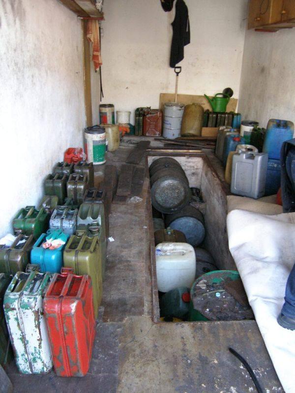 Dodatkowo pod chodnikami rozłożonymi na podłodze garażu celnicy znaleźli kanał, w którym 65-letni mężczyzna ukrywał cztery 200-litrowe zbiorniki z olejem