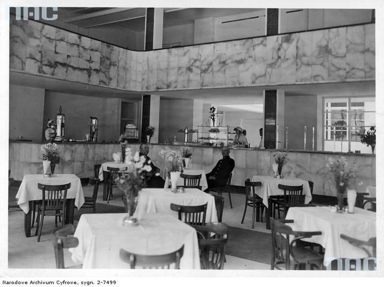 """Restauracja dworcowa na Dworcu Głównym w Warszawie.  <font color=""""blue""""><a href="""" http://www.audiovis.nac.gov.pl/obraz/11752/689be1edd04d4dfabffb733d902f88e5/""""><b>Zobacz zdjęcie w zbiorach NAC</b></a> </font>"""