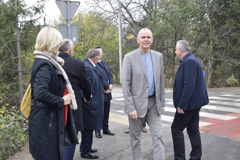 Ulica Kozietulskiego otwarta w Skierniewicach. Władze przecięły wstęgę, biskup poświęcił [ZDJĘCIA, FILM]