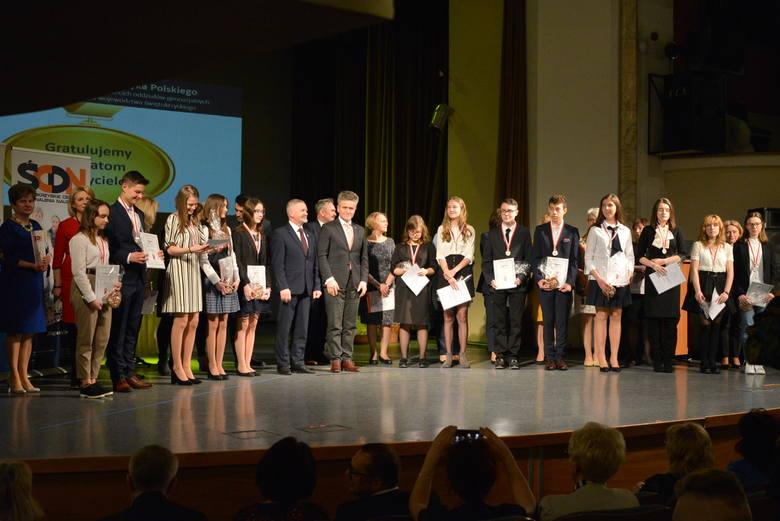 Wręczono nagrody laureatom w konkursach przedmiotowych w świętokrzyskich gimnazjach