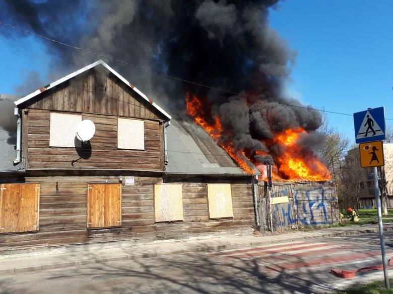 - Zgłoszenie otrzymaliśmy o godzinie 11.23 - mówi dyżurny na stanowisku kierowania PSP w Łodzi. - Na miejsce skierowaliśmy 20 strażaków. Budynek to drewniany
