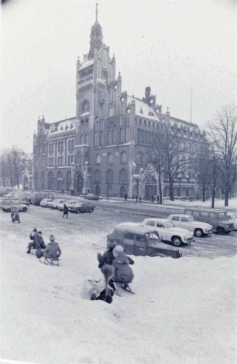 Górka saneczkarska na pl. Zwycięstwa w zimie stulecia.