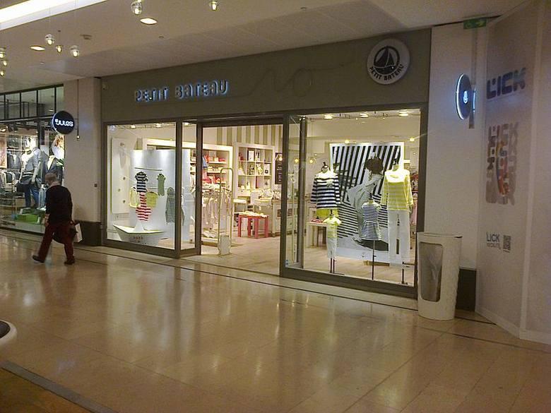 04024450 Tych sklepów we Wrocławiu jeszcze nie było. Będą we Wroclavii. Petit Bateau  – marka dziecięcych ubrań. Coś dla siebie znajdą tam jednak również  filigranowe ...