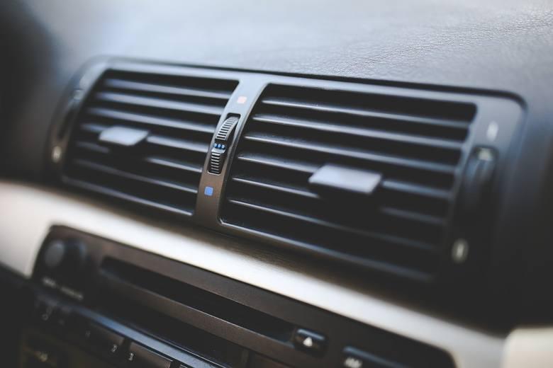 Latem, kiedy temperatury często przekraczają 30 stopni, ochłodzenie samochodu może graniczyć z cudem. Duży problem pojawia się szczególnie w starszych