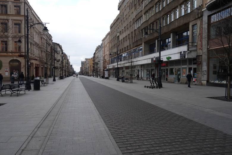 Puste ulice, przystanki tramwajowe, chodniki - tak wyglądało w niedzielę, 22 marca, centrum Łodzi. Mieszkańcy miasta stosują się do porady, by zostać