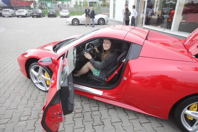 Katowicki salon Ferrari jest jednym z dwóch w Polsce, drugi jest w Warszawie. Otwarto go w czerwcu 2013 r. Jednak takie auta, jak na zdjęciu, czyli żółte,