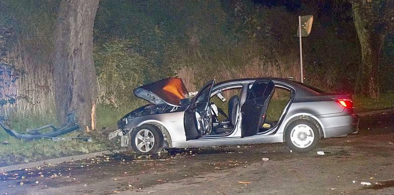 BMW uderzyło w drzewo w Stargardzie. Jechało 5 młodych osób. 17-latka poważnie ranna