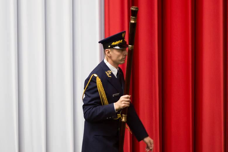 W pierwszym kwartale 2019 roku Kancelaria Sejmu planuje ogłosić przetargi na szycie mundurów dla strażników Straży Marszałkowskiej (orientacyjna wartość zamówienia to 550 tys. zł) oraz na szycie płaszczy dla strażników Straży Marszałkowskiej (330 tys. zł).