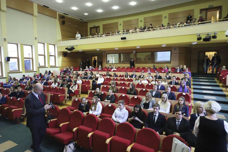 Za wyniki w nauce i szczególne osiągnięcia 116 podlaskich uczniów szkół średnich i techników otrzymało w środę stypendium Prezesa Rady Ministrów. W uroczystości
