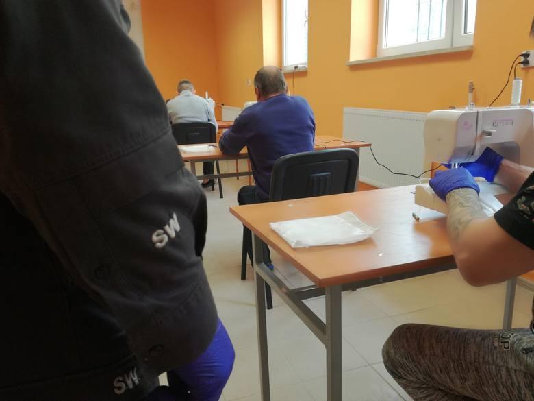 Więźniowie i służby z Grójca oraz Żytkowic szyją maseczki ochronne i pomagają w czasie epidemii koronawirusa