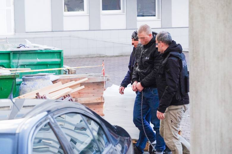 26-letni kierowca BMW, który w sobotę wieczorem śmiertelnie potrącił na przejściu dla pieszych dwie kobiety, był już pięciokrotnie skazywany, w tym dwa