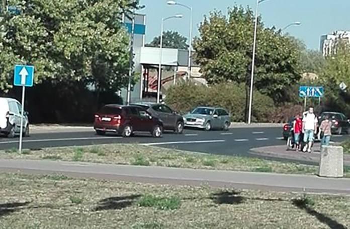 W środę, 12 września, kierowca mercedesa jechał pod prąd ul. Wojska Polskiego w kierunku ronda PCK. Jadący prawidłowo kierowcy robili wszystko, aby uniknąć