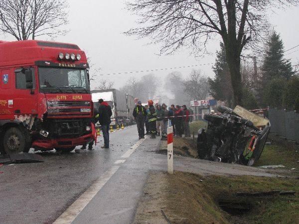 Śmiertelny wypadek w Jaworzu GórnymJedna osoba nie zyje, trzy są ranne. To bilans wypadku na drodze krajowej w Jaworzu Górnym kolo Pilzna.