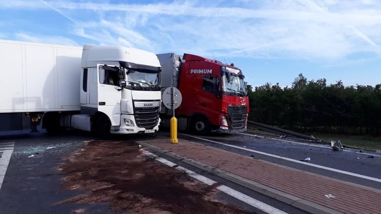 - Zgłoszenie o wypadku otrzymaliśmy o 5.30. Kierujący ciężarówką wyjeżdżając y z drogi A2 na K29 nie ustąpił pierwszeństwa prawidłowo kierującemu ciężarówką