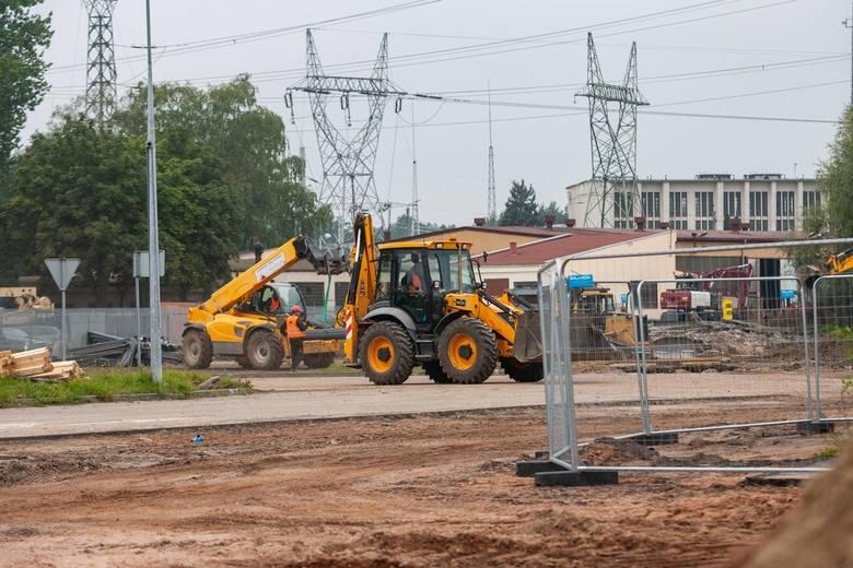 Trwa budowa salonu meblowego Agata w Fordonie w Bydgoszczy. Powstaje w Fordonie, na nieużywanej działce w pobliżu linii tramwajowej i kilku znanych sieciówek.