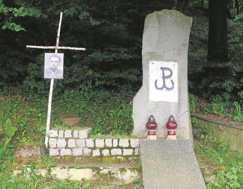 Obelisk upamiętniał funkcjonariuszy MO i UB oraz przedstawicieli  lewicowych partii poległych w 1946 roku w wyniku partyzanckiej zasadzki.  Dopiero niedawno