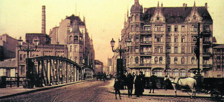 Most Chwaliszewski przez wieki był głównym traktem prowadzącym przez bramę Wielką do Poznania. Wraz z zasypaniem starego koryta Warty zniknął i on. Na wieki?<br />