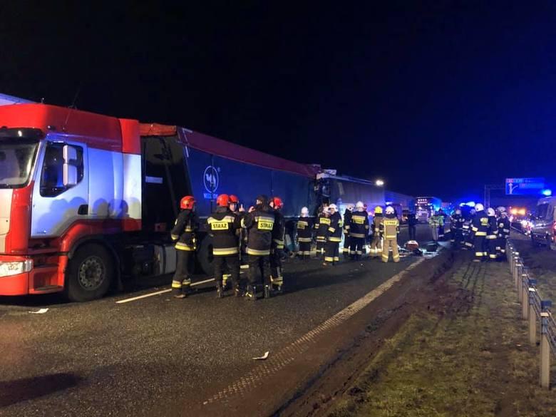To była tragiczna noc na autostradzie A1. Do wypadku doszło w Rogówku pod Toruniem. W Rogówku pod Toruniem, na autostradzie A1 doszło do wypadku, w którym