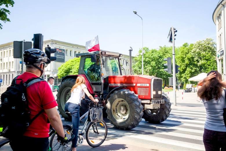 Białystok. Protest podlaskich rolników. Nowe znaki uniemożliwiły dojazd (zdjęcia,wideo)