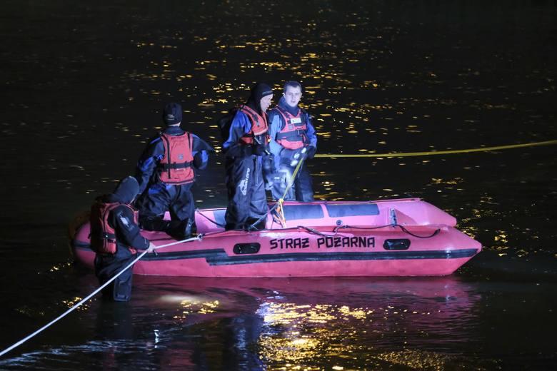 Ponad dwie godziny trwały w czwartek poszukiwania ciała mężczyzny w Sanie w Przemyślu. Małżeństwo przebywające nad brzegiem rzeki, w pobliżu kładki,