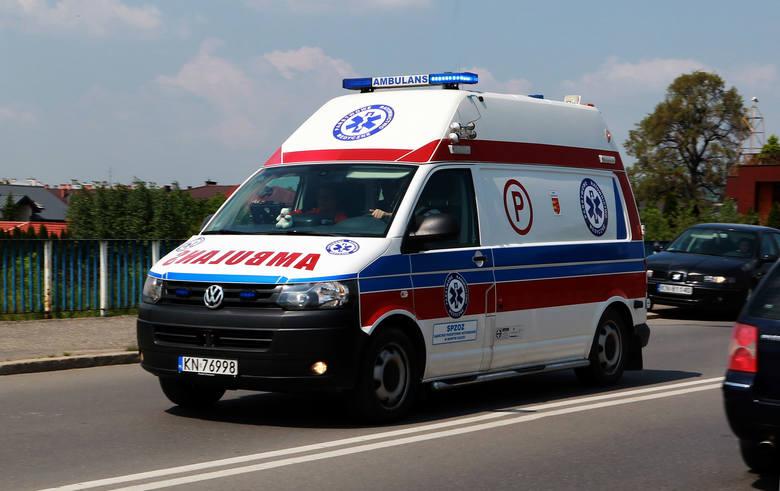 DK 75. Zderzenie osobówki i busa w Łososinie Dolnej. Kobieta w szpitalu