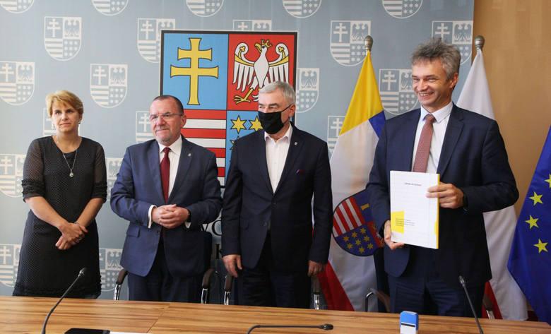 Od lewej: skarbnik gminy Rytwiany Mirosława Szewczyk, wicemarszałek Marek Bogusławski, marszałek Andrzej Bętkowski i wójt Rytwian Grzegorz Forkasiew