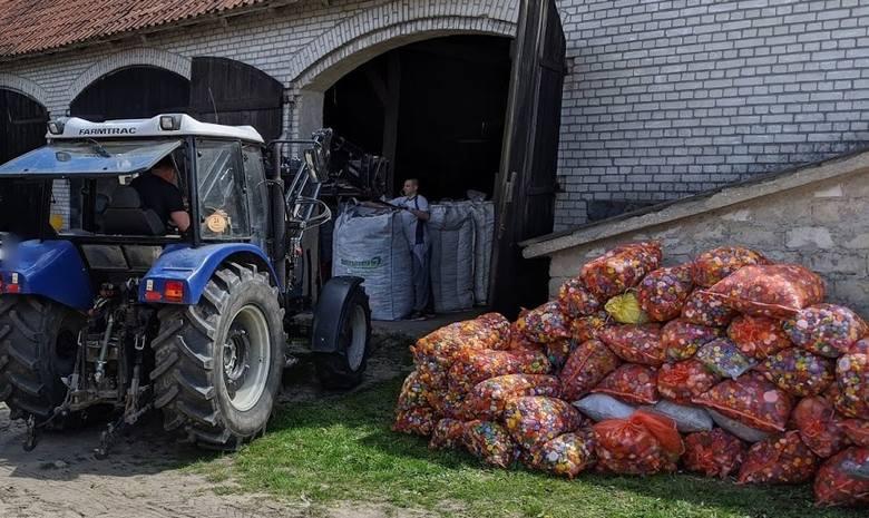 """Akcji """"Nakręć się na pomaganie"""" ciąg dalszy. Dzielnicowy z Białej Piskiej wysłał 9 ton nakrętek do firmy recyklingowej (zdjęcia)"""