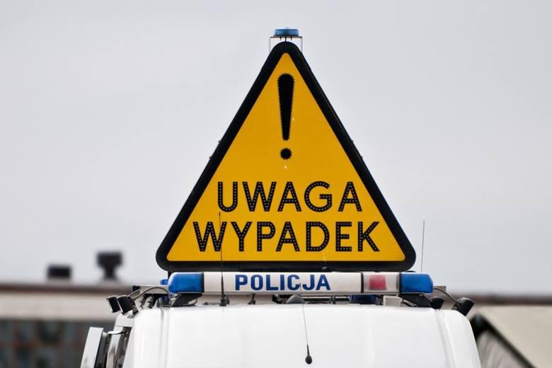 Wypadek śmiertelny na trasie Wyszki - Topczewo. Audi wypadło z drogi i przygniotło kierowcę. Mężczyzna zginął na miejscu