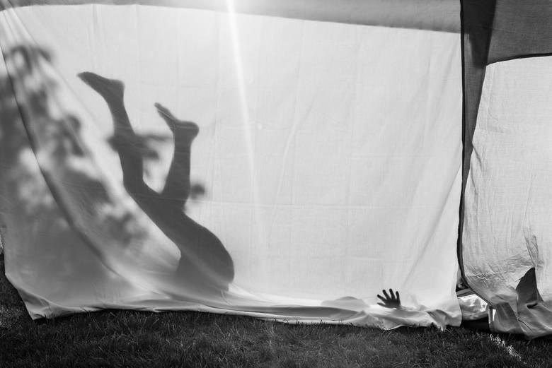 """Zdjęcia, z których składa się zbiór """"Razem"""", zostały wykonane pomiędzy styczniem 2016 roku a lutym 2019 roku. Powstały głównie w Poznaniu, jednak artystka działała również w innych miastach: Kowalewie Sołectwie, Świnoujściu, Grzybowie i austriackim Oetz. Na wykonanych fotografiach widać członków..."""