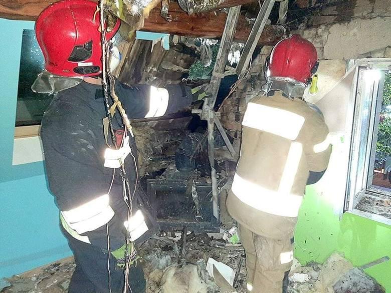 Do niezwykle groźnego pożaru doszło w poniedziałek, 18 września, około godziny 20. Strażacy odebrali zgłoszenie, że na poddaszu jednego z domów w Świniarach