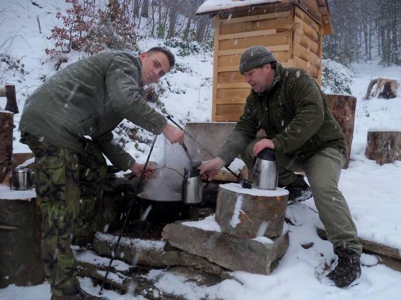 Vaclav Pavliczek i jego pomocnik, opiekunowie leśnego baru Honza Kuruc, przygotowują herbatę dla turystów.