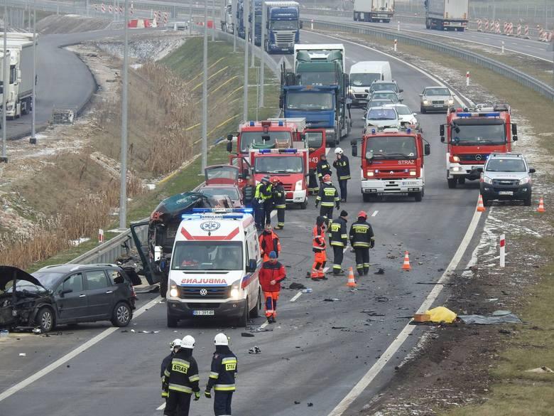 Wypadek śmiertelny w Jeżewie Starym na DK8. Dwie osoby zginęły w zderzeniu osobówek z ciężarówką (zdjęcia, wideo)