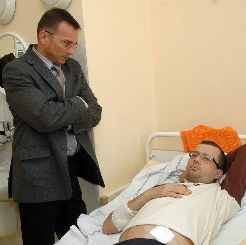 Sebastian Śmiejkowski, kiedy czekał na przeszczep, potrzebował pomocy psychologa. Na zdjęciu z prof. Kazimierzem Ciechanowskim.