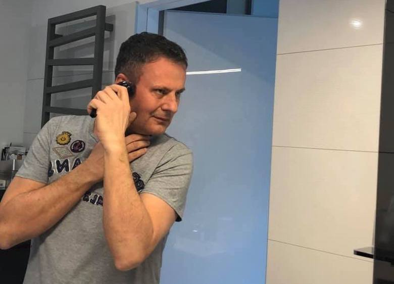 Jerzy Sienko z Pomorskiego Uniwersytetu Medycznego  postanowił zrezygnować z usług fryzjera i będzie obcinał się sam przed lustrem w domu