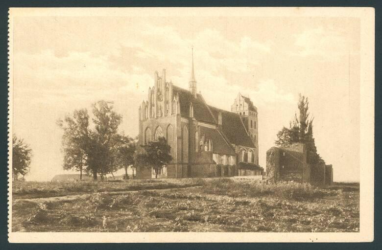 W sąsiedztwie kościoła zachowały się także fragmenty średniowiecznych murów broniących kiedyś miasta.