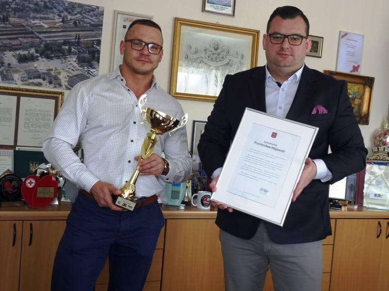Przemysław Majewski ze Skarżyska wygrał zawody kulturystyczne. Otrzymał gratulacje od prezydenta