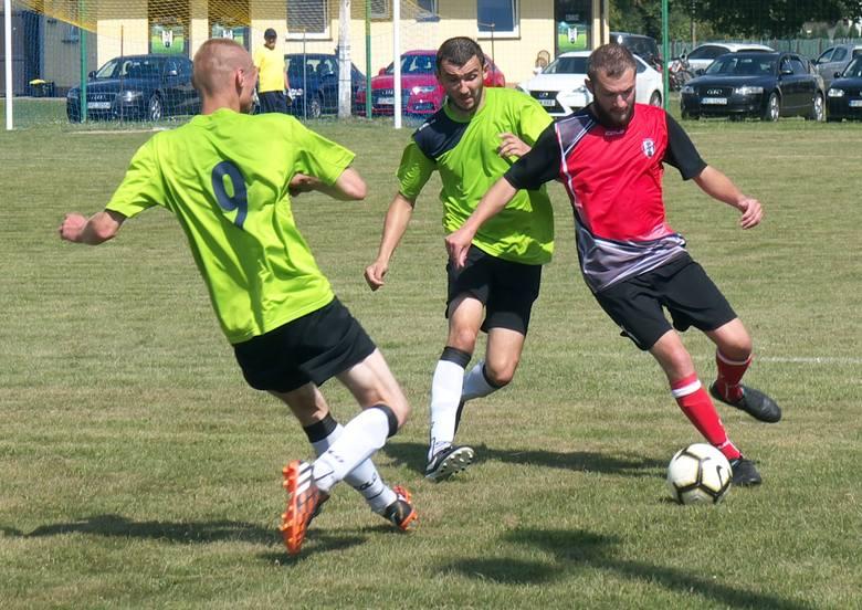 Wisłok Świętoniowa (czerwono-czarne stroje) po rocznej nie obecności wrócił na ligowe boiska.