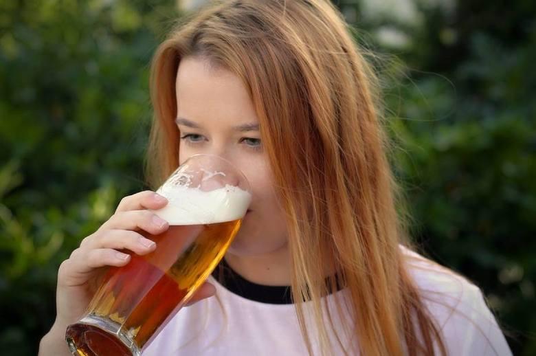 """Zobaczcie, które grupy zawodowe przyznały się do nadużywania alkoholu i jaki to odsetek. Dane pochodzące z """"Diagnozy społecznej""""Pomoce"""