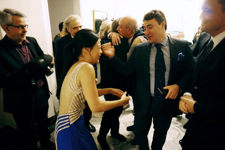 Po koncercie inauguracyjnym triumfatorka konkursu sprzed pięciu lat Soyoung Yoon odbierała gratulacje. Gratulował jej m.in. przewodniczący jury Maxim Vengerov