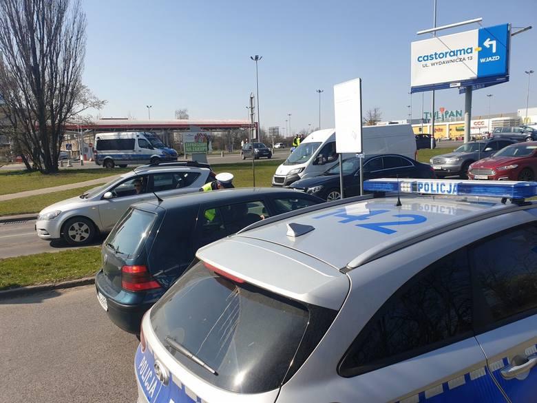 W środę łódzcy policjanci przeprowadzili zaplanowaną akcję przed wjazdem na parking centrum handlowego Tulipan w Łodzi - policja kontrolowała kierowców