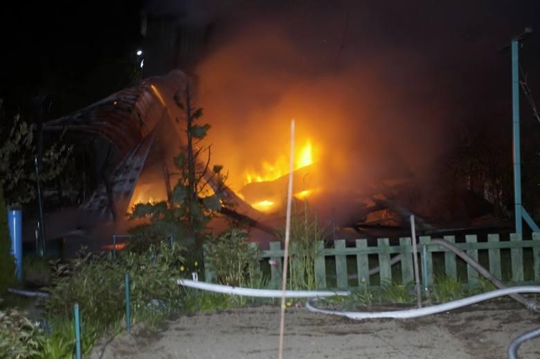 W nocy z niedzieli na poniedziałek doszło do pożaru na terenie ogródka działkowego przy al. 3 Maja w Słupsku. Doszczętnie spłonęła altanka. W zdarzeniu