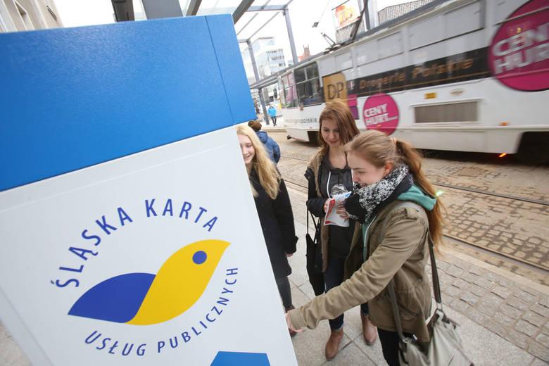Automat ŚKUP (Śląskiej Karty Usług Publicznych) w Katowicach przy rynku.  Korzysta z niego sporo pasażerów. Jak podaje KZK GOP, w portfelach nosimy już 309 tysięcy kart ŚKUP.