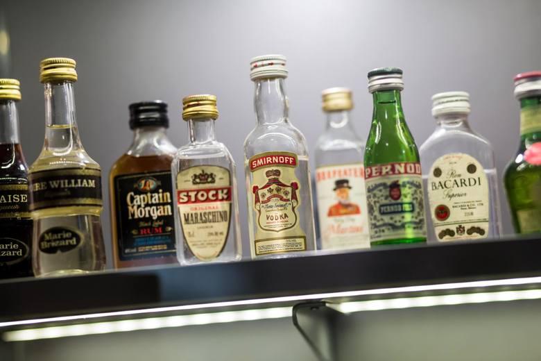 Wyroby spirytusowe wcześniej były pijane częściej w butelkach półlitrowych, później była tendencja na 0,7l. Dzisiaj przechodzi to w te małe formaty ponieważ