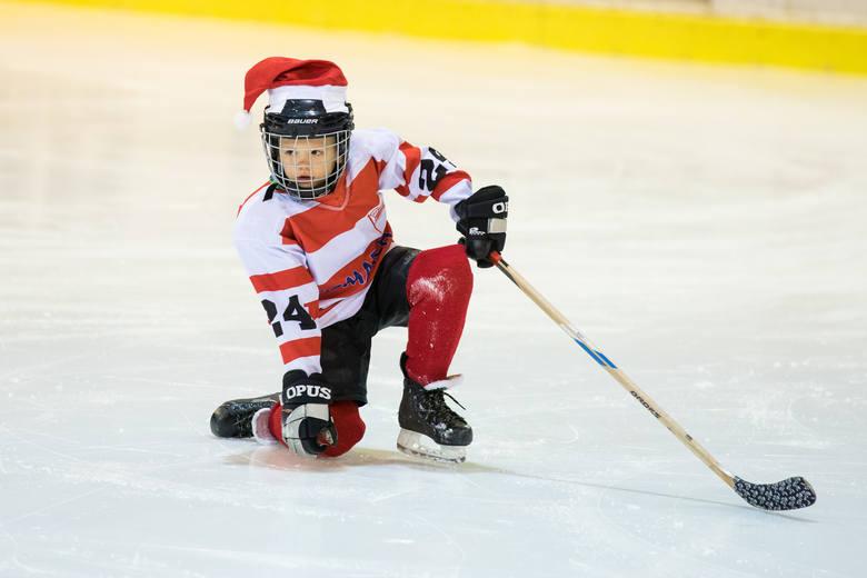 Mały Ksawery to jeden z hokeistów Polskiego Centrum Hokeja na Lodzie