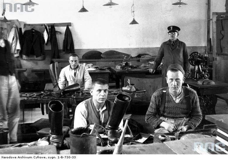 Więźniowie podczas pracy w warsztacie szewskim Więzienia Karnego