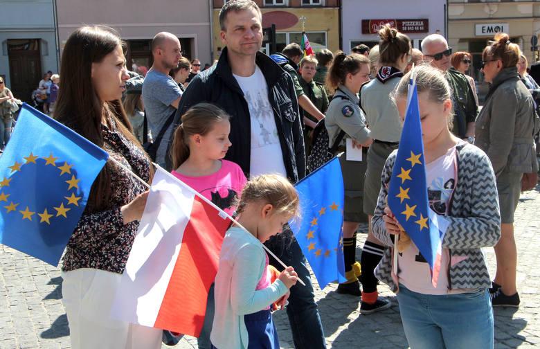 Niestety, w tym roku rocznicy wstąpienia Polski do Unii Europejskiej nie towarzyszą żadne filmiki ani zabawy. Wspomnijmy zatem jak grudziądzanie świętowali